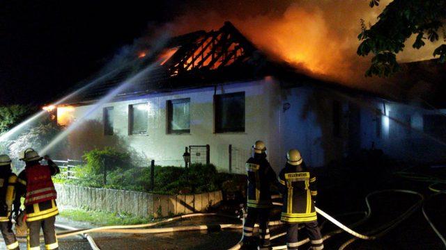 In der Nacht zu Mittwoch brannte ein Dachstuhl in Sieversen. Foto: JOTO