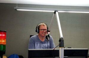 """Seit 20 Jahren ist Jan Stahl Moderator im Radio: Mit seiner Radiosendendung """"Tide.radio STAHLhart"""" feierte der Meckelfelder jetzt sein Jubiläum. Foto: privat"""